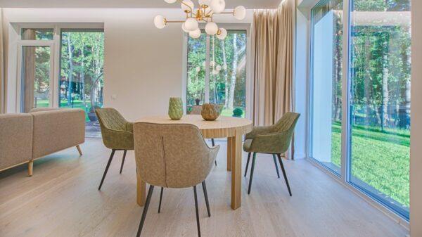 Piękne i wygodne krzesła jadalni